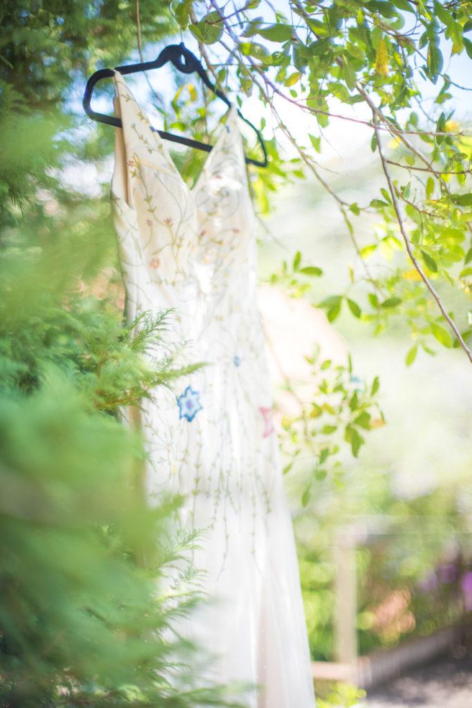 Casamento Nathalia e Diogo - Vestido de noiva pendurado na árvore - Marina Fava Fotografia