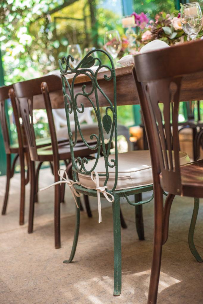 Casamento Nathalia e Diogo - Decoração rústica, detalhe cadeiras - Marina Fava Fotografia