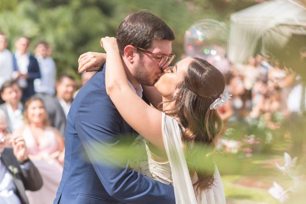 Casamento Nathalia e Diogo - Beijo na cerimônia - Marina Fava Fotografia