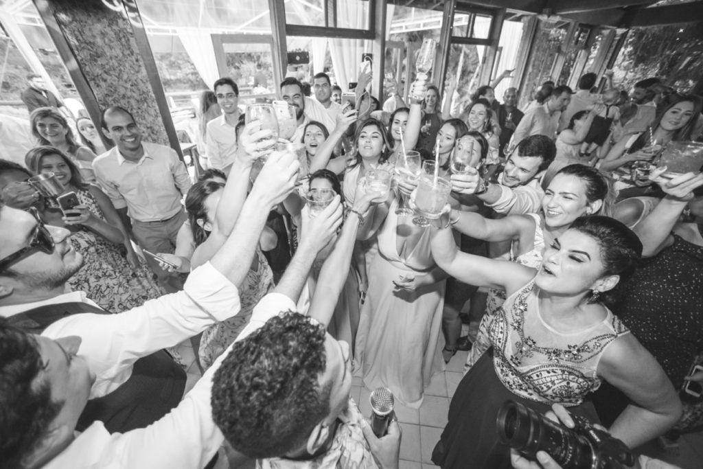 Casamento Nathalia e Diogo - Brinde na festa - Marina Fava Fotografia