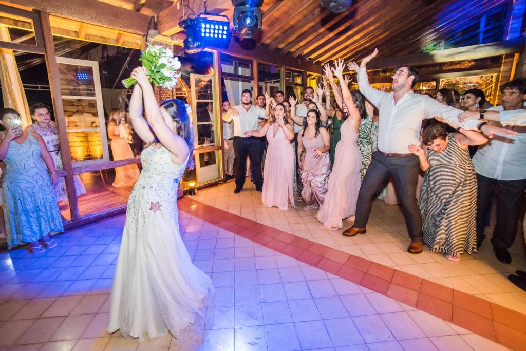 Casamento Nathalia e Diogo - Noiva jogando o buquê - Marina Fava Fotografia